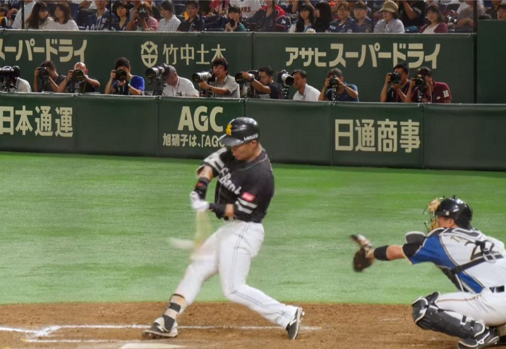 中村晃選手のバッティングフォームのインパクトの瞬間