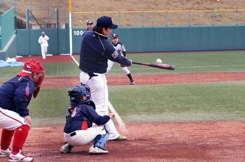 代打でバットを振る田中選手