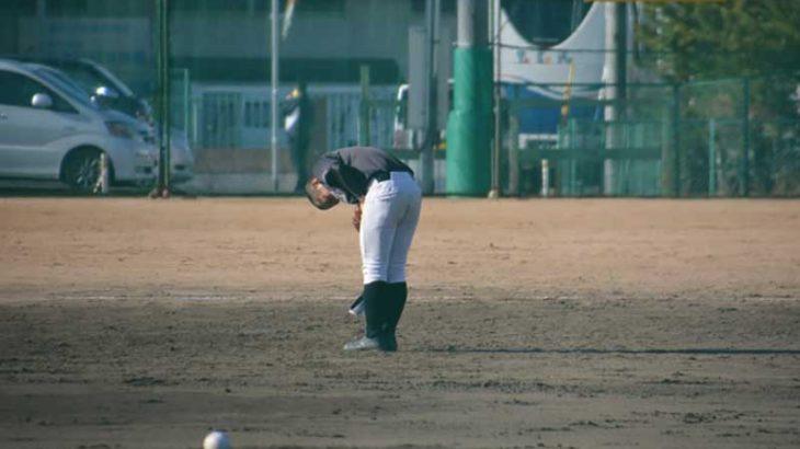 グラウンドにお辞儀をする高校球児