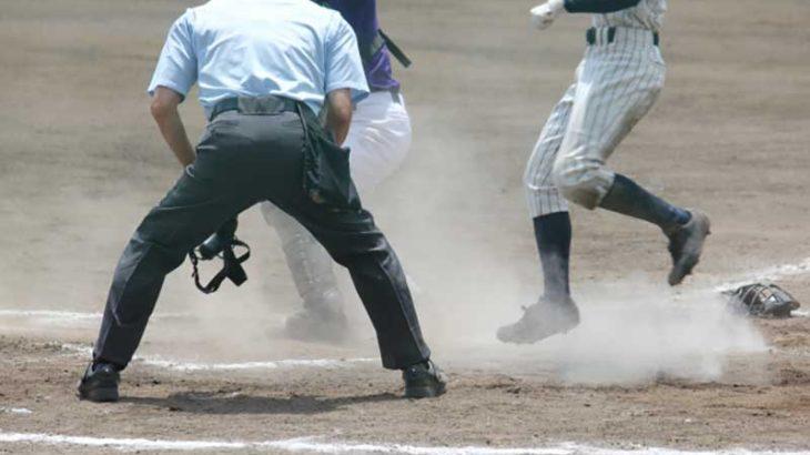 野球で守備のクロスプレーの写真