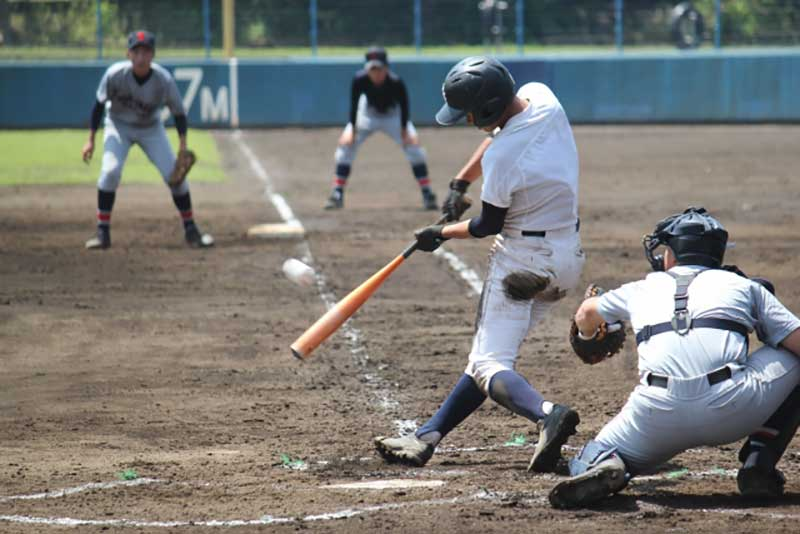 内角低めのボールを打つバッター