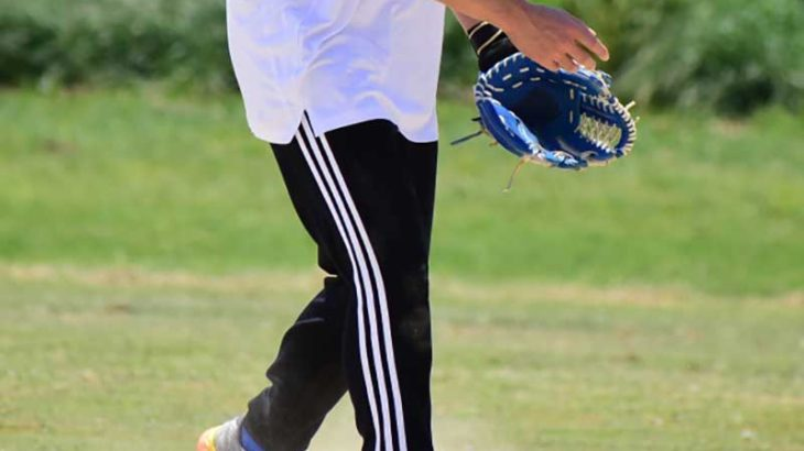 キャッチボールをする草野球の選手