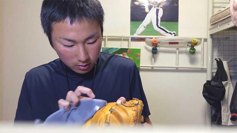 保革油を薄く塗る野球少年