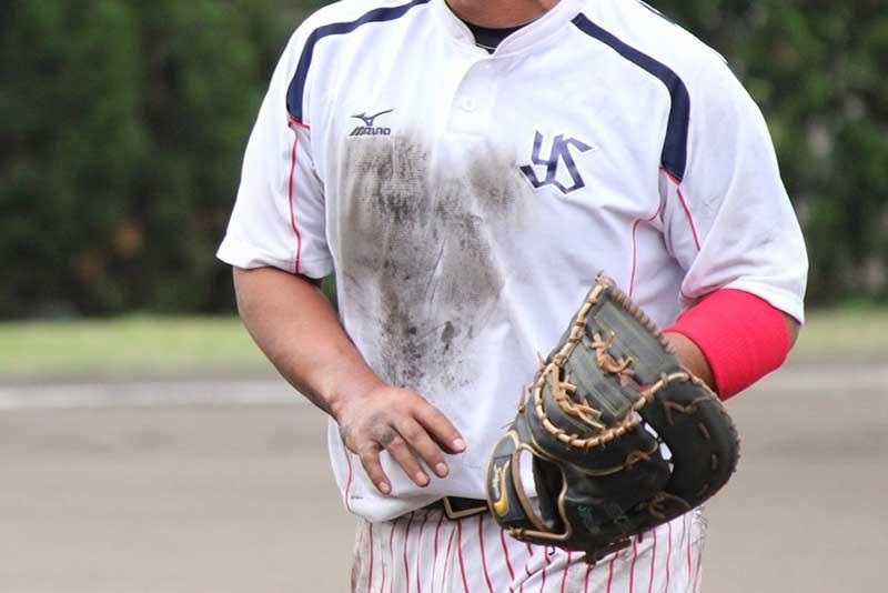 ファーストを守る草野球の選手
