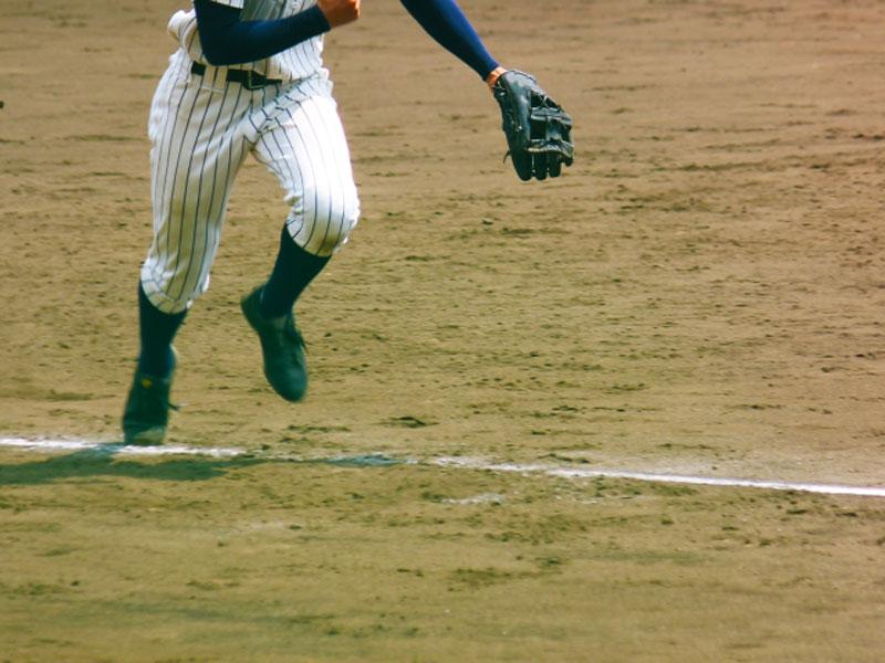 三塁線のゴロ処理をする野手